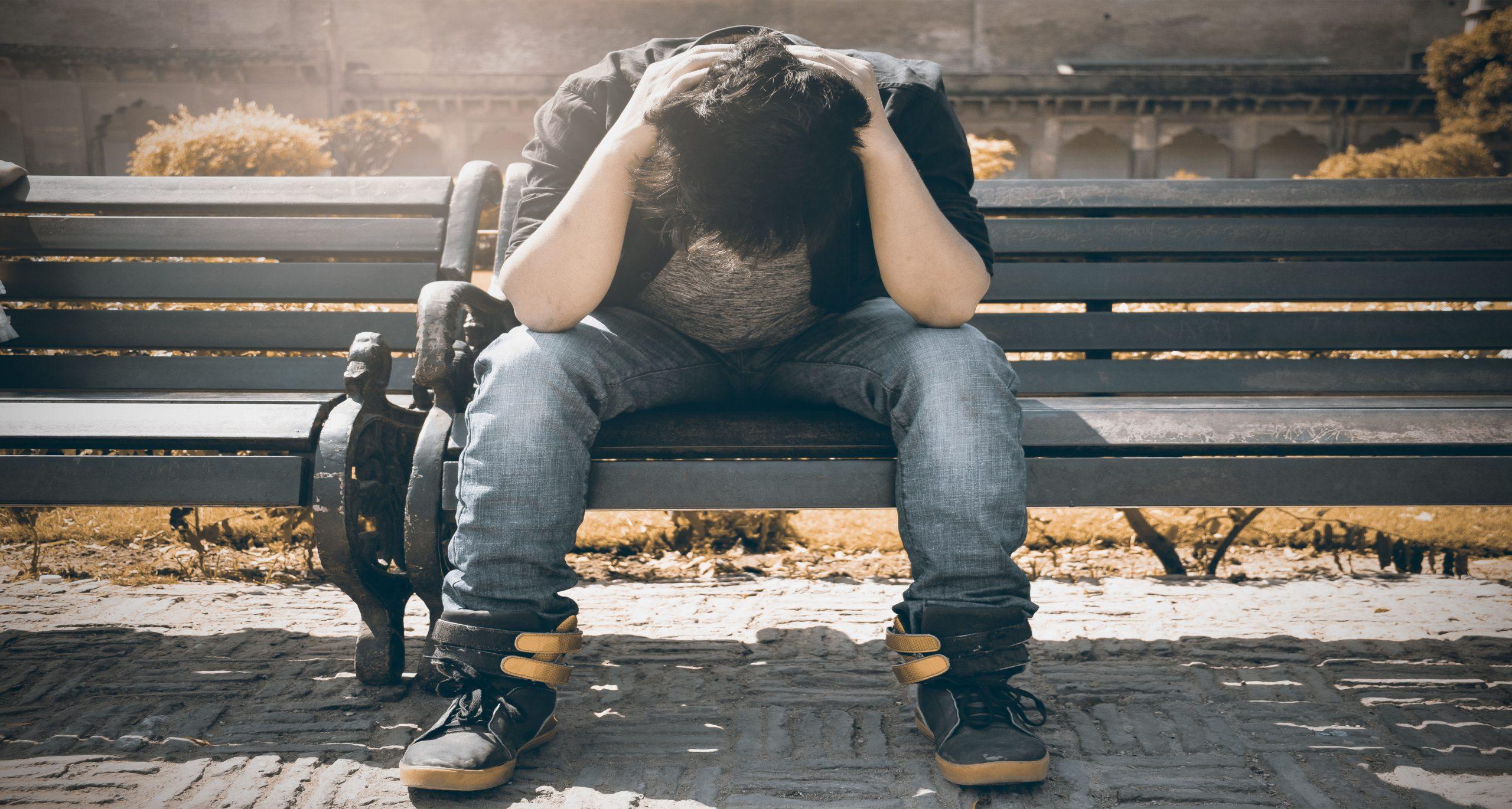 adolescente sentado banco duelo triste