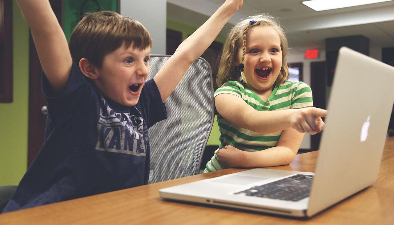niños juegan ordenador