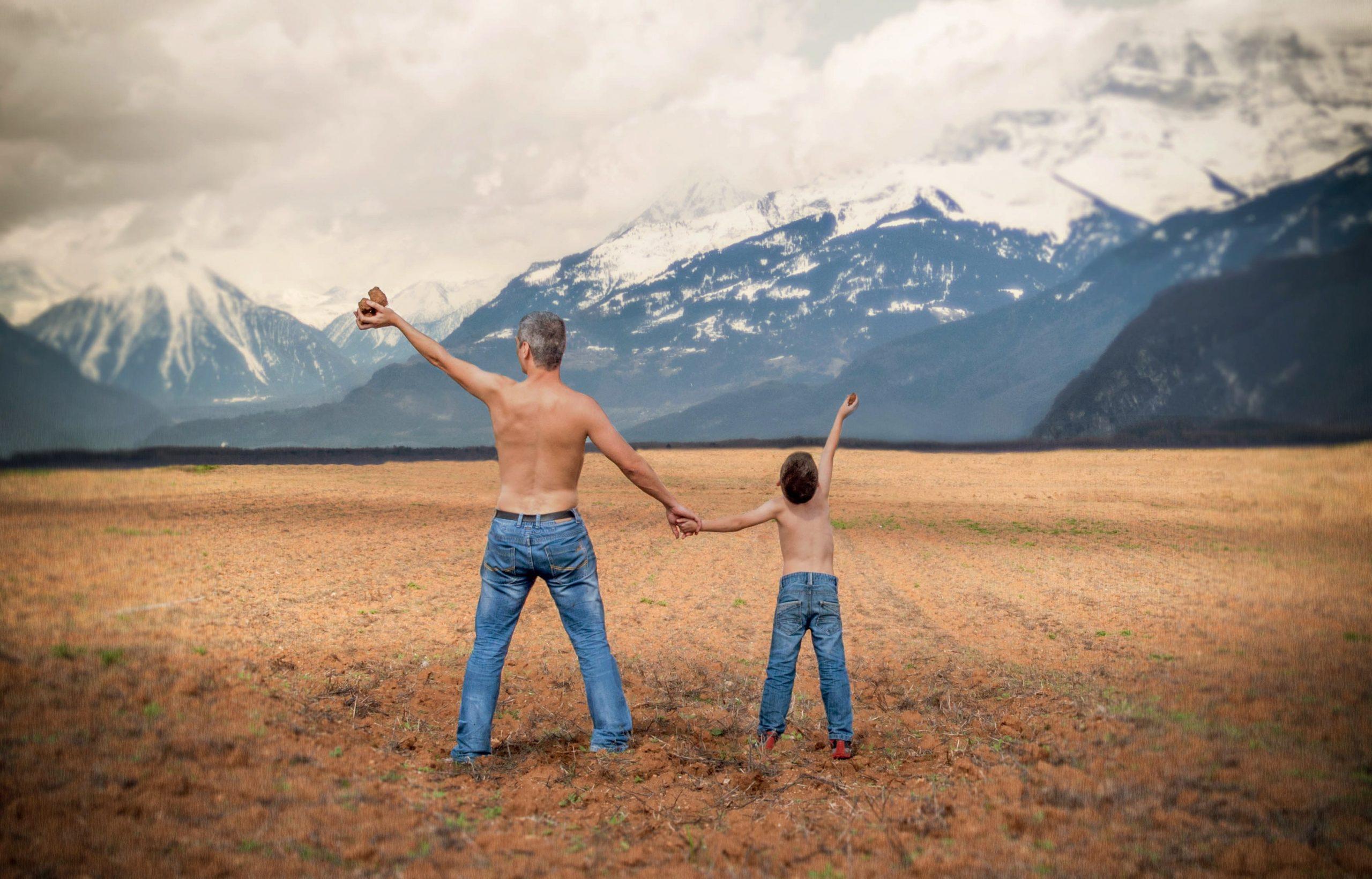padre hijo cogidos de la mano naturaleza
