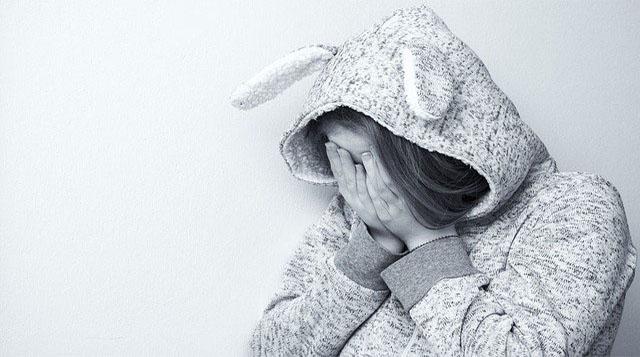 mujer llora con pijama con orejas