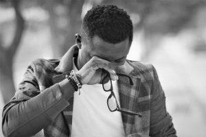 hombre llora con gafas en la mano